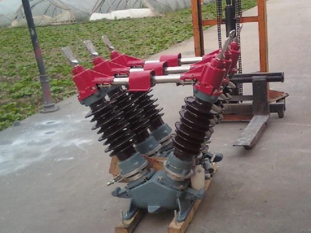 一、产品描述及功能优势 GW5-35、GW5-40.5、GW5-72.5、GW5-126型隔离开关是供高压线路在无载流情况下进行换接,以及被检修的高压母线、断路器等电气设备与带电高压母线进行电气隔离之用,在主闸刀处于正常分闸位置时,提供一个符合安全要求的可见的绝缘距离。 本隔离开关满足GB1985《交流隔离开关》及IEC-129(1984)《交流隔离开关与接地开关》标准要求。因此,它性能可靠、运行安全;而且体积小,结构简单,安装调试方便。由三个单极和机构组成,每个单极隔离开关由二个棒式支柱绝缘子分别固定